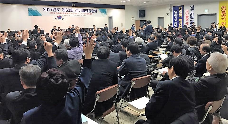 긴급동의안에 찬성 거수를 하는 모습(위), 투표 후 급격히 비워진 자리(아래)