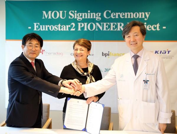 (왼쪽부터)박진영 CbsBioscience 대표, Odile PRIGNEAU Prestizia 본부장, 유창식 서울아산병원 암병원장
