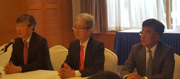 (왼쪽부터) 김용수 이사장, 김성남 보험법제이사, 이영기 교수