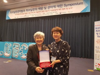 한국희귀질환재단 김현주 이사장(좌)과 녹십자지놈유전체연구소 조은해 소장(우).
