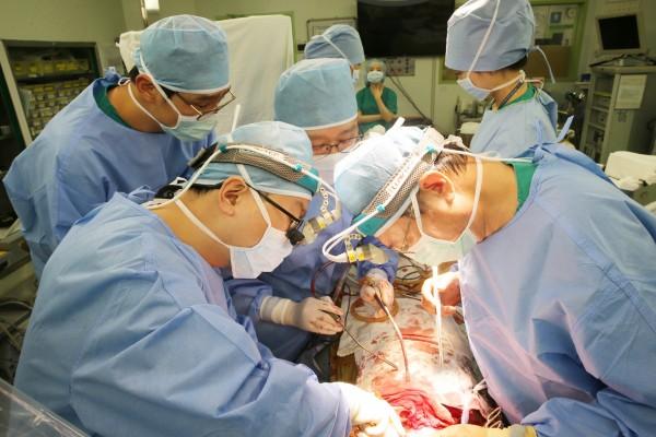 서울아산병원 흉부외과 김동관 교수가 폐이식 수술을 집도하고 있다.