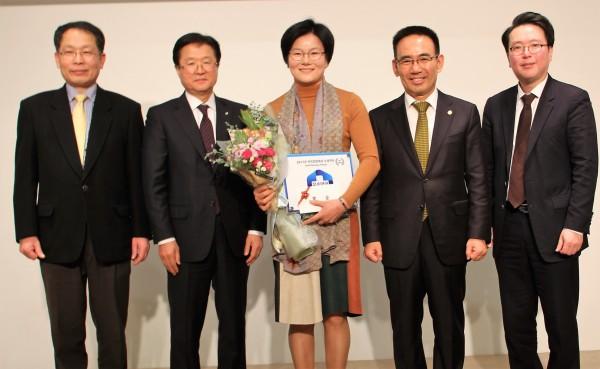 대상을 수여한  참사랑약국 박선애 약사(가운데)