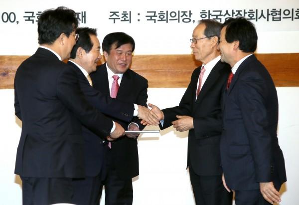 정세균 국회의장(왼쪽 두번째)과 건의사항을 전달하는 상장사 CEO들