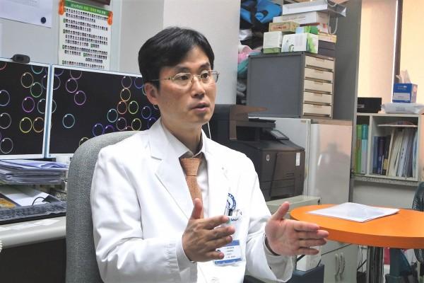 정윤석 교수(아주대학교병원 내분비내과)가 인터뷰하고 있다.