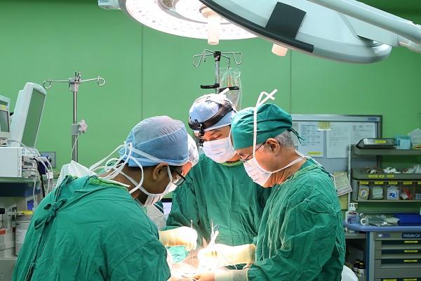 서울아산병원 유방암센터 안세현 소장(오른쪽)이 유방암 수술을 하고 있다.