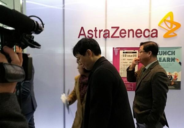 한국아스트라제네카에 타그리소 협상타결 촉구 의견서를 전달하기 위해 입장하는 환자단체 관계자와 환자 및 환자가족들