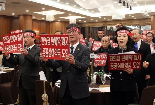 (왼쪽부터)이경복 강원도약사회장, 김준수 강원도약사회 총회의장, 백경신 대한약사회 부회장