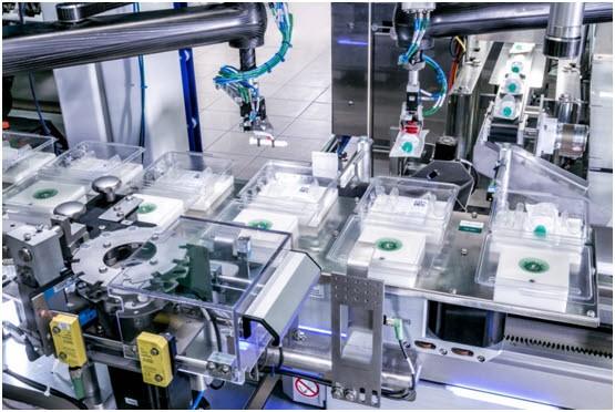 F4 로봇이 매달려 있는 피스톤로드를 스타 휠에서 제거한다. 수평으로 기울이는 동작으로 로봇은 피스톤로드를 아래로 내려 놓는다.