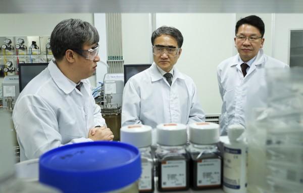 제약산업위원회가 열린 SK케미칼을 방문해 설명을 듣는 박능후 장관(가운데)