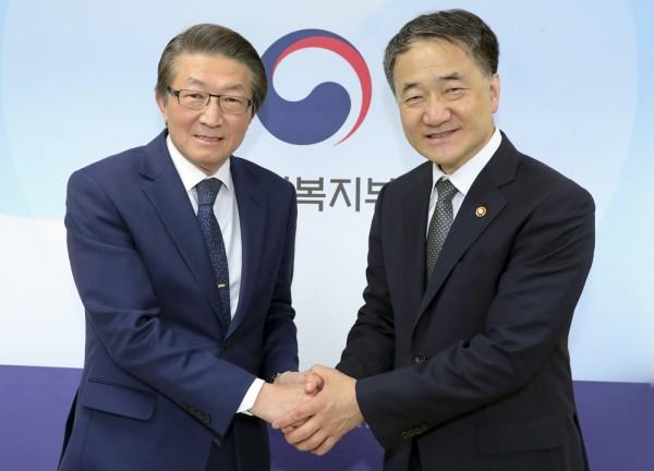 임영진 병협회장 당선인(왼쪽)과 박능후 복지부 장관