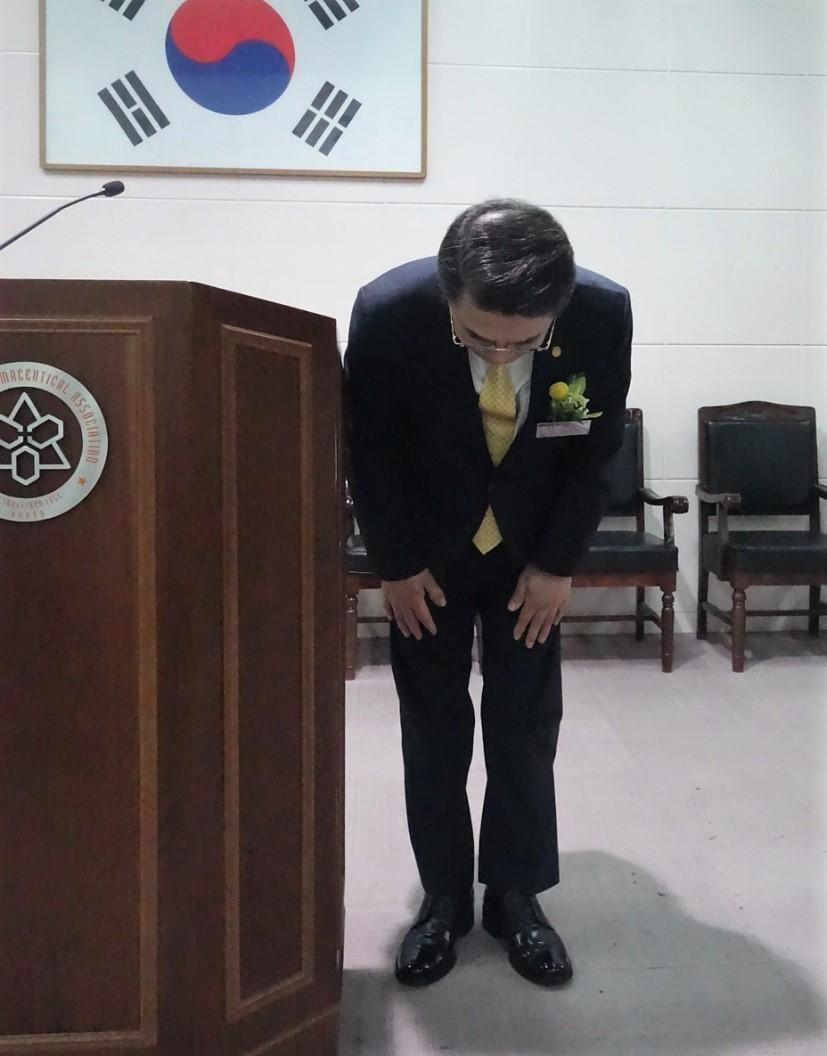 고개숙여 사과하는 조찬휘 회장