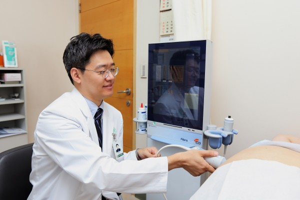 이대목동병원 김휘영 교수가 초음파를 시행하고 있다.
