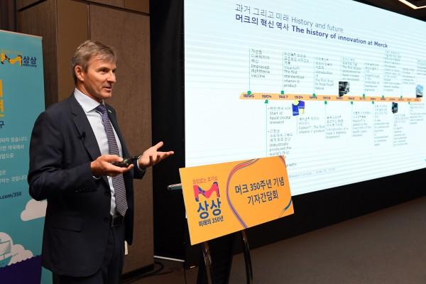 26일 열린 기자간담회에서 글렌 영 한국머크 대표이사가 발표하고 있다.