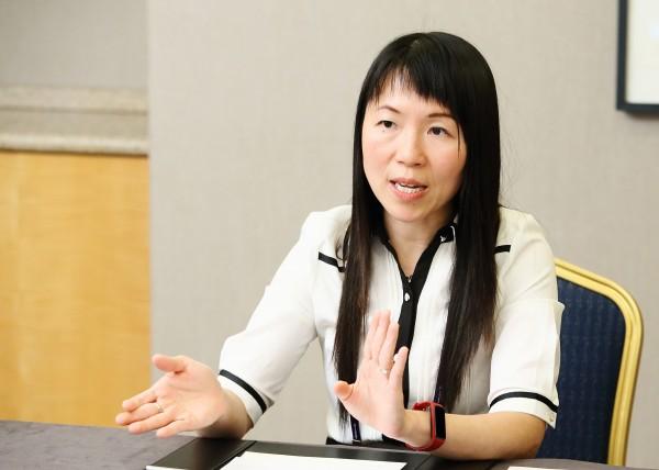 홍콩 중문대학교의 그레이스 웡(Grace Wong) 교수가 인터뷰하고 있다.