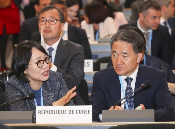 올해 5월 제17회 WHO 총회에 참석한 박능후 장관(오른쪽)