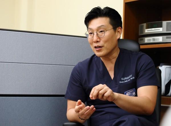 이윤석 교수(서울성모병원 대장항문외과) 교수가 대장암의 치료에 대해 설명하고 있다.