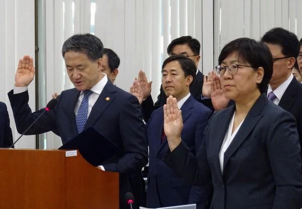 국감 시작에 앞서 선서하는 박능후 복지부 장관(왼쪽)과 정은경 질병관리본부장
