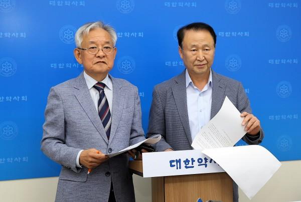 (왼쪽부터) 문재빈 선관위원장, 이형철 대변인