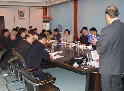 지난 2005년 평양 정성제약을 방문, 정성제약 대동강제약 평양어린이영양관리소 간부들을 대상으로 GMP교육을 하고 있는 백박사(사진 오른쪽)