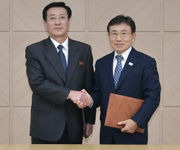 북한 박명수 보건성 국가위생검열원장(왼쪽)과 남한 권덕철 복지부 차관