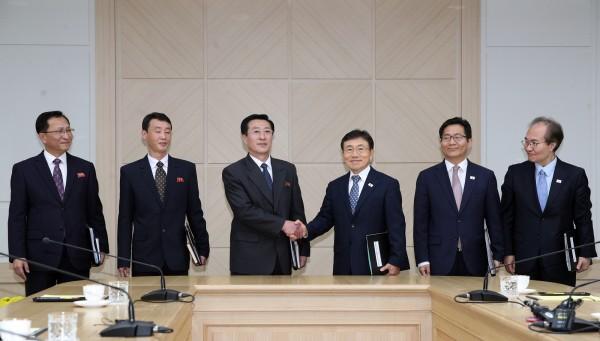 남북 보건의료협력분과회의에 참석한 남-북 대표단(사진제공: 공동취재단)