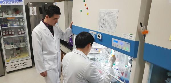 부설연구소 내부 전경과 실험과정을 지켜보고 있는 김용배 소장(사진 왼쪽)