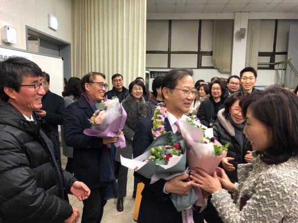 축하를 받는 김대업 대한약사회장  당선자