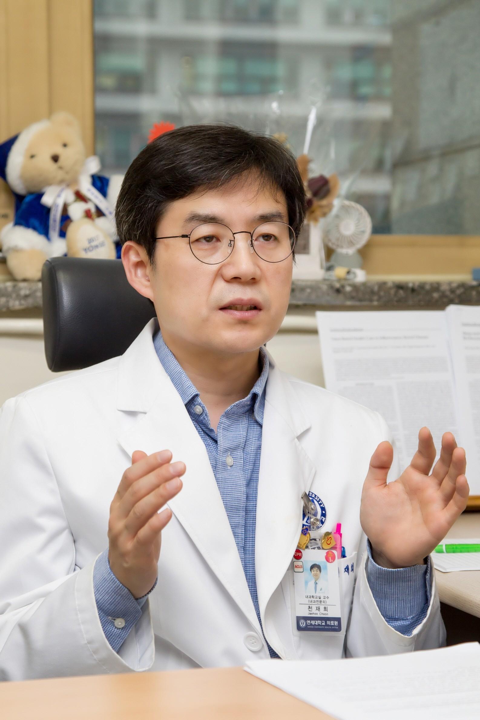 세브란스병원 소화기내과 천재희 교수가 인터뷰하고 있다.