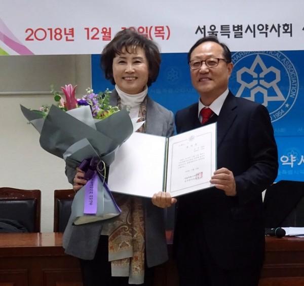 한동주 서울시약사회장 당선인(왼쪽)과 민병림 서울시약 선관위원장