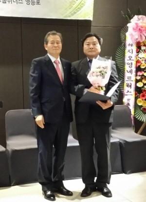 왼쪽부터 영등포구약사회 신용종 신임 총회의장(직전회장)과 이종욱 신임회장.