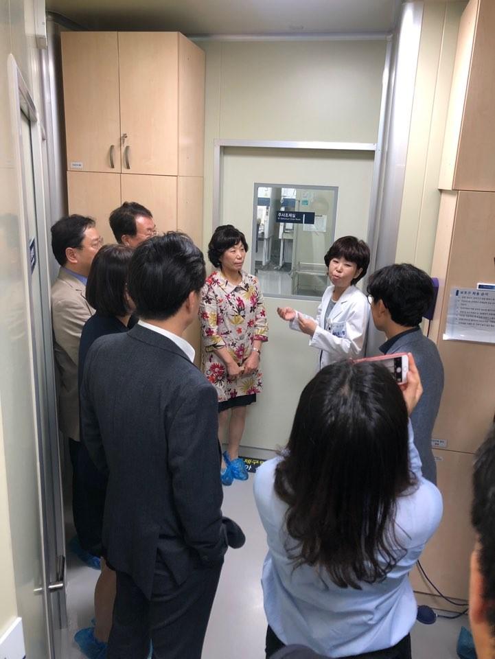 서울대병원 약제부 무균주사조제실을 둘러보는 임직원