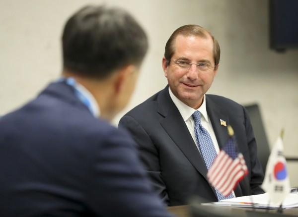 알렉스 아자르 미국 보건부 장관(오른쪽)과의 면담