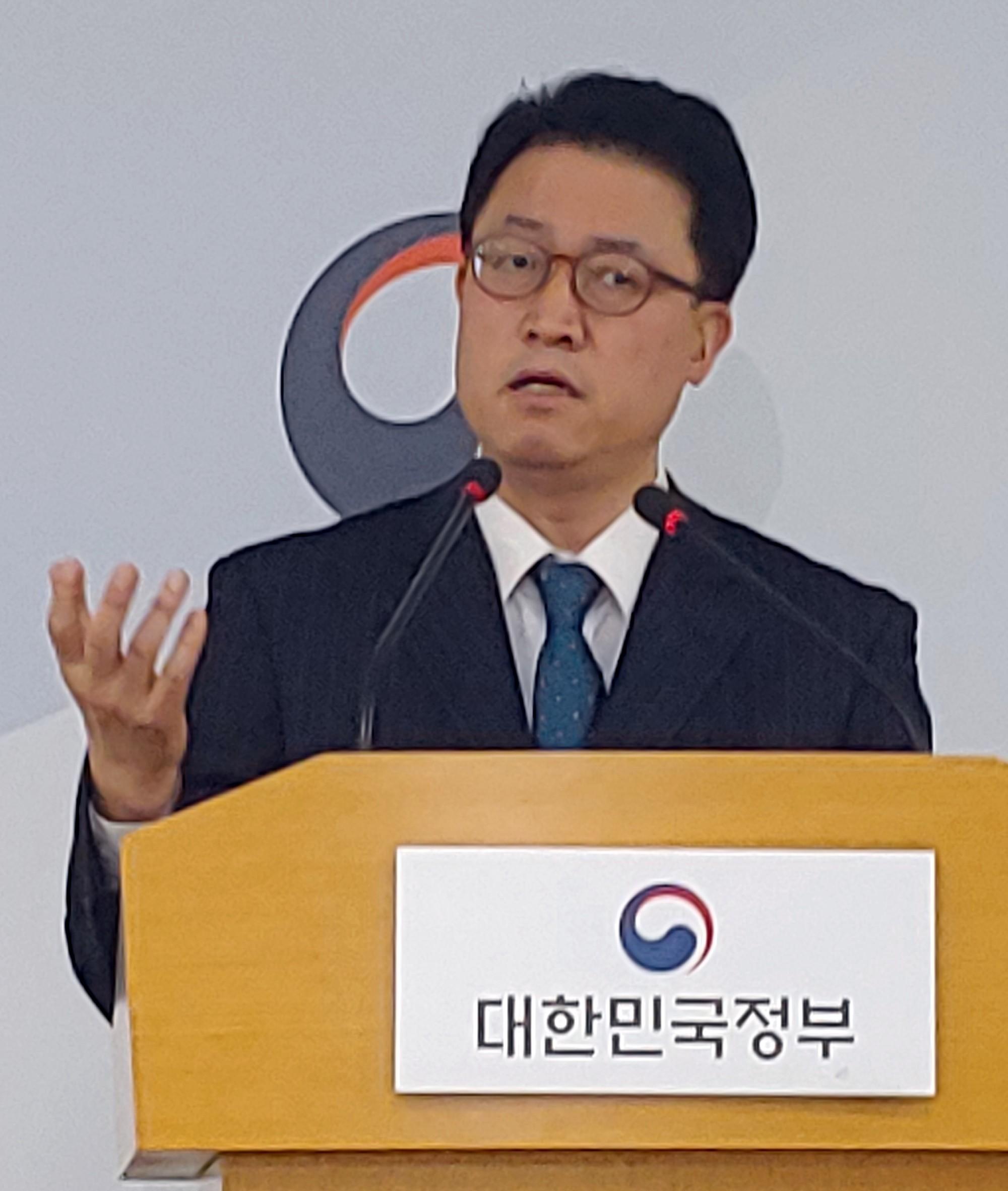 커뮤니티케어 선도사업 8개 지자체를 발표하는 배병준 실장