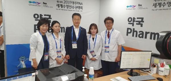 박능후 보건복지부장관도 약국을 방문해 응원했다.