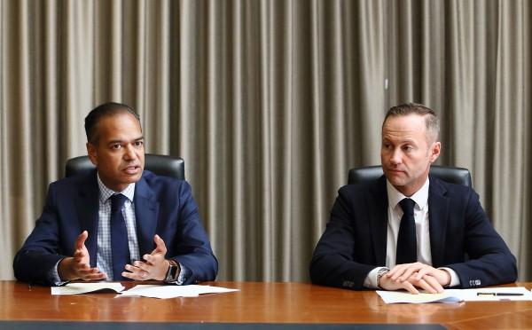 라즈 성굽타(Raj Sengupta) 박사(사진 왼쪽)와 제노폰 바라리아코스(Xenofon Baraliakos) 박사(사진 오른쪽)가 인터뷰하고 있다.