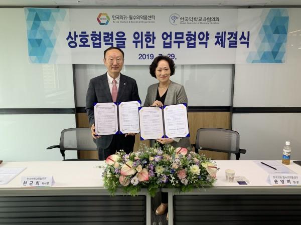한균희 이사장(왼쪽)과 윤영미 원장