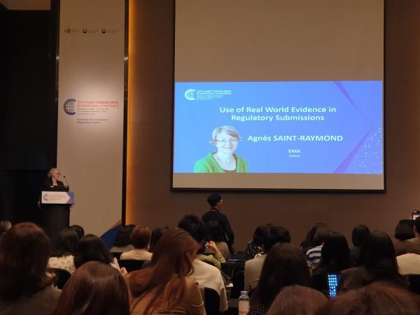 18일 열린 2019 KoNECT-MOHW-MFDS 국제 컨퍼런스에서 아그네스 세인트 레이몬드(Agnes saint raymond) 부장이 강의하고 있다.