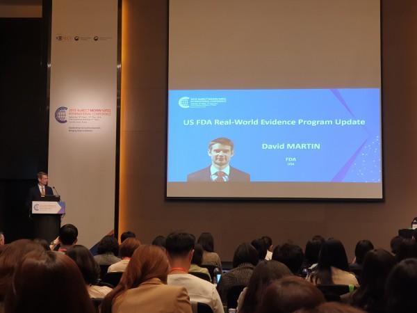 18일 열린 2019 KoNECT-MOHW-MFDS 국제 컨퍼런스에서 데이비드 마틴(David martin) FDA 부국장이 강의하고 있다.