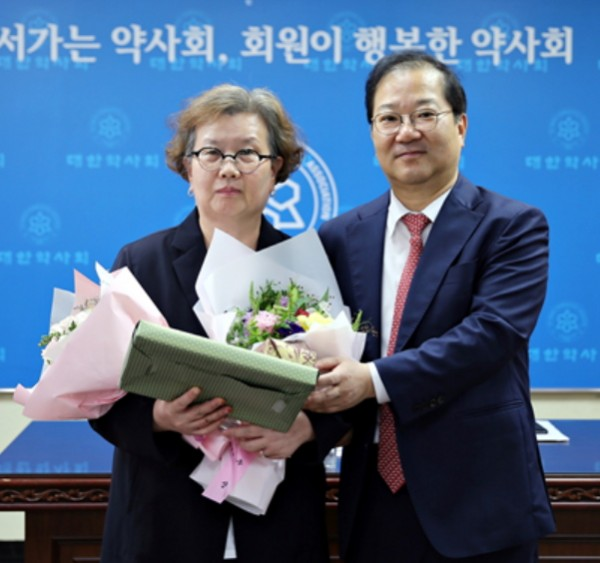 (왼쪽부터) 이미선 약사와 김대업 회장