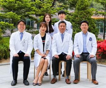 뒤쪽 왼쪽부터 국제성모병원 윤소연·이건혁 전공의, 앞쪽 이비인후두경부외과 의료진.