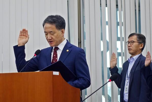 2019 복지부 국정감사에서 선서하는 박능후 장관(왼쪽)