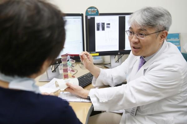 이승훈 교수가 폐경기 골다공증 환자의 진료 상담을 하고 있다