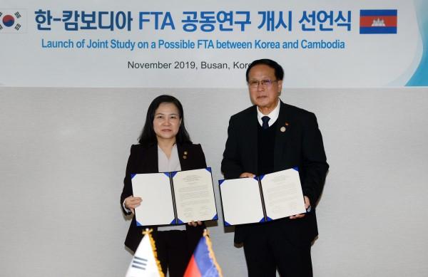 유명희 산업부 통상교섭본부장(왼쪽)과 빤 소라삭 캄보디아 상무부 장관