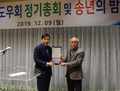 왼쪽부터 박호영 서울시의약품유통협회장, 김재순 도우회장.