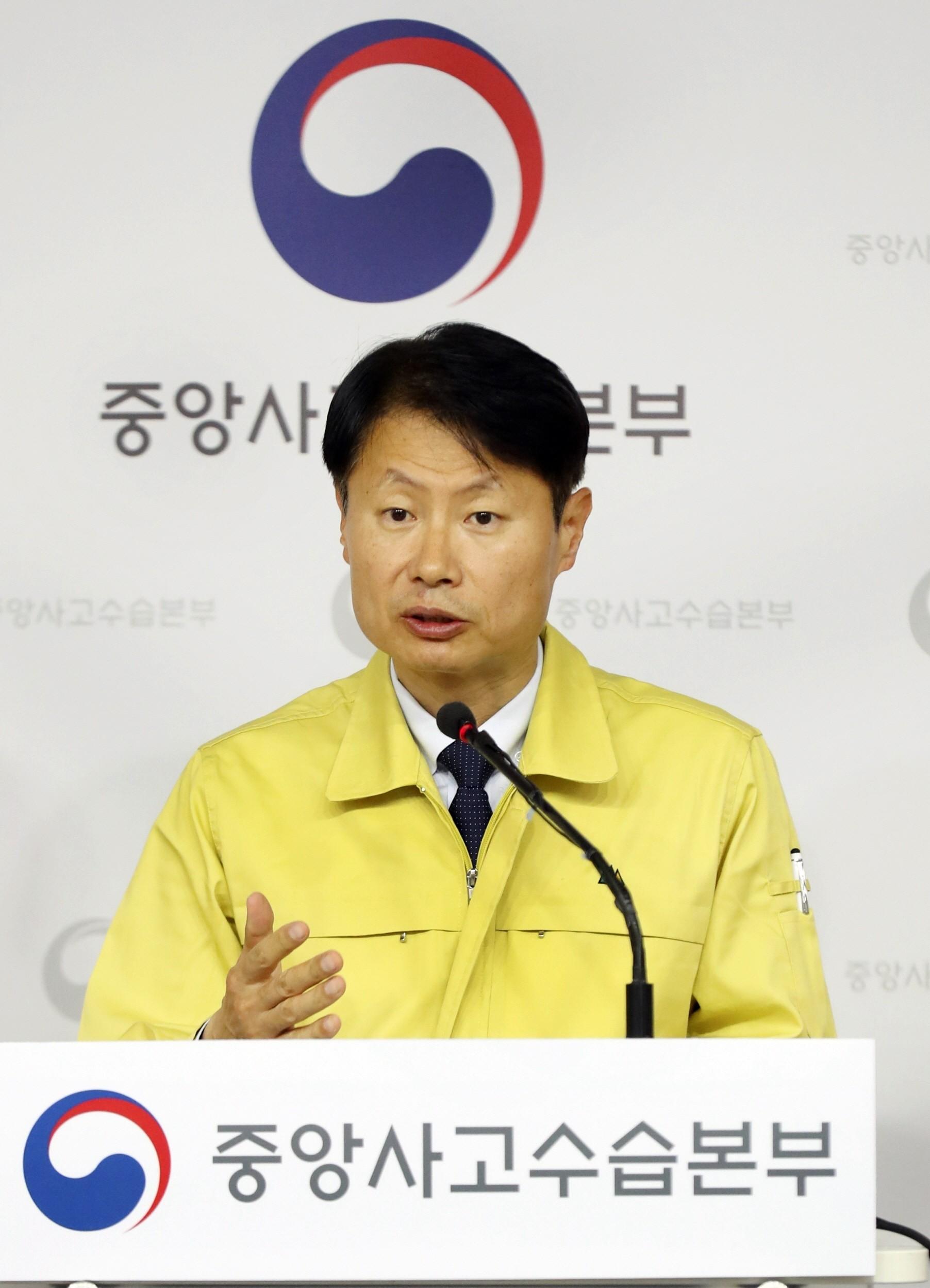 11일 신종코로나 현안을 발표하는 김강립 복지부 차관