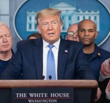 트럼프 미국 대통령(가운데, 출처: 미국 백악관)
