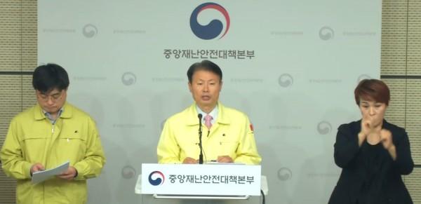 4월 10일 코로나19 브리핑을 진행하는 김강립 총괄조정관(가운데)
