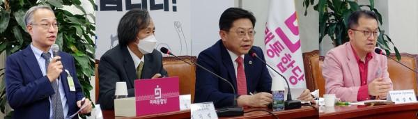 (왼쪽부터)박은철 회장, 정기석 교수, 박홍근 회장, 마상형 감염병대책위원장