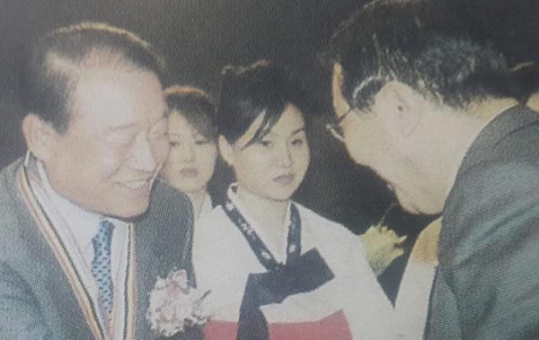 2001년 3월 동암약의상을 수상하고 있는 임성기회장 모습 <사진 왼쪽.