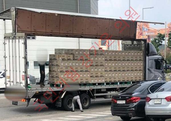 윙바디가 열린 채 배송중인 독감백신 트럭(강기윤 의원실 사진제공)
